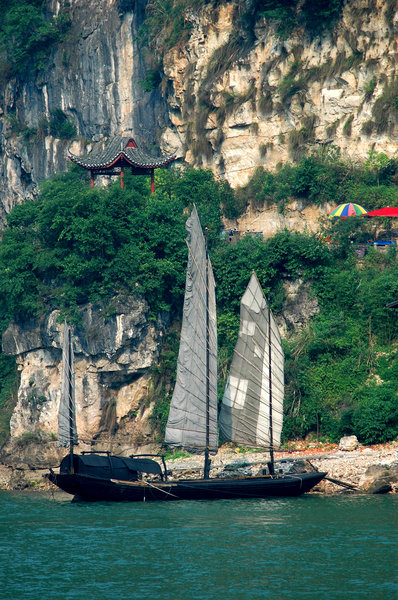 sailing junk: Chinese sailing junk on the Yangtze river.