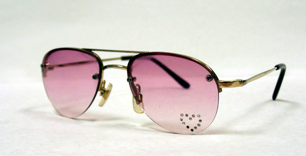 Shades with heart: sunglasses 70s style with heart shape