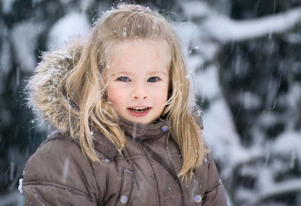 Child in the snow: Portrait in the snow