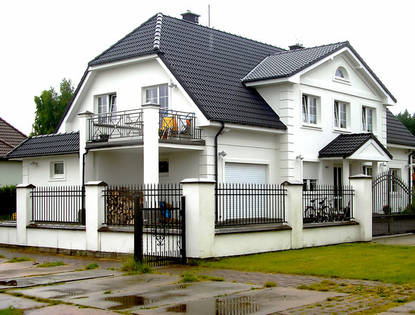 White villa: Beautifull big house with white walls and black roof