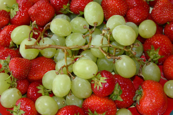 Fresh fruits: Fresh strawberries and grapes