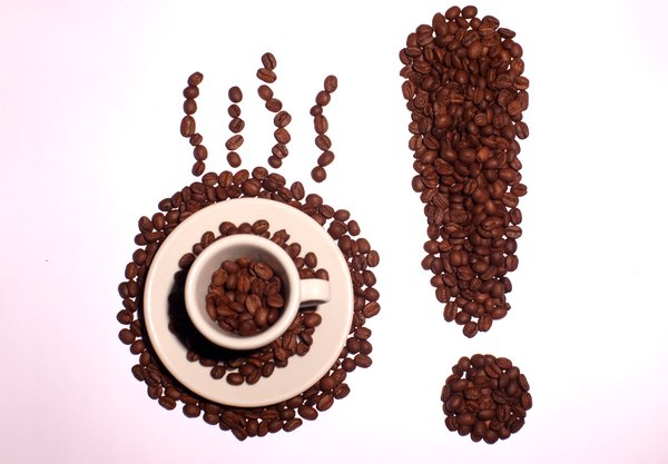Shouting coffee: Coffee beans in the shape of an exclamation mark and an espresso cup with coffee beans in it