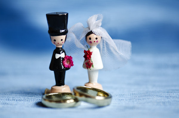 Wooden wedding couple: Tiny wooden wedding couple