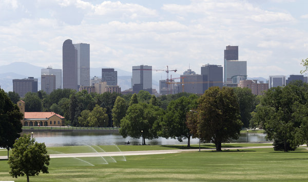 City skyline: City centre and park in Denver, USA.