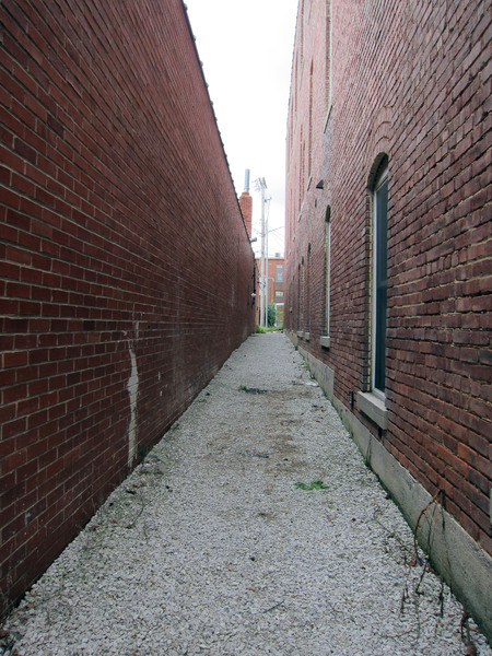 Alley: An alley in a city.