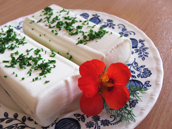 sheep milk cheese: Austrian sheep milk cheese with chives and indian cress blossom on plate