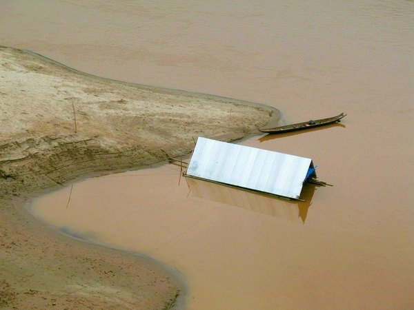Mobile home...: Shelter/Home of fishermen on the Mekong/Laos.